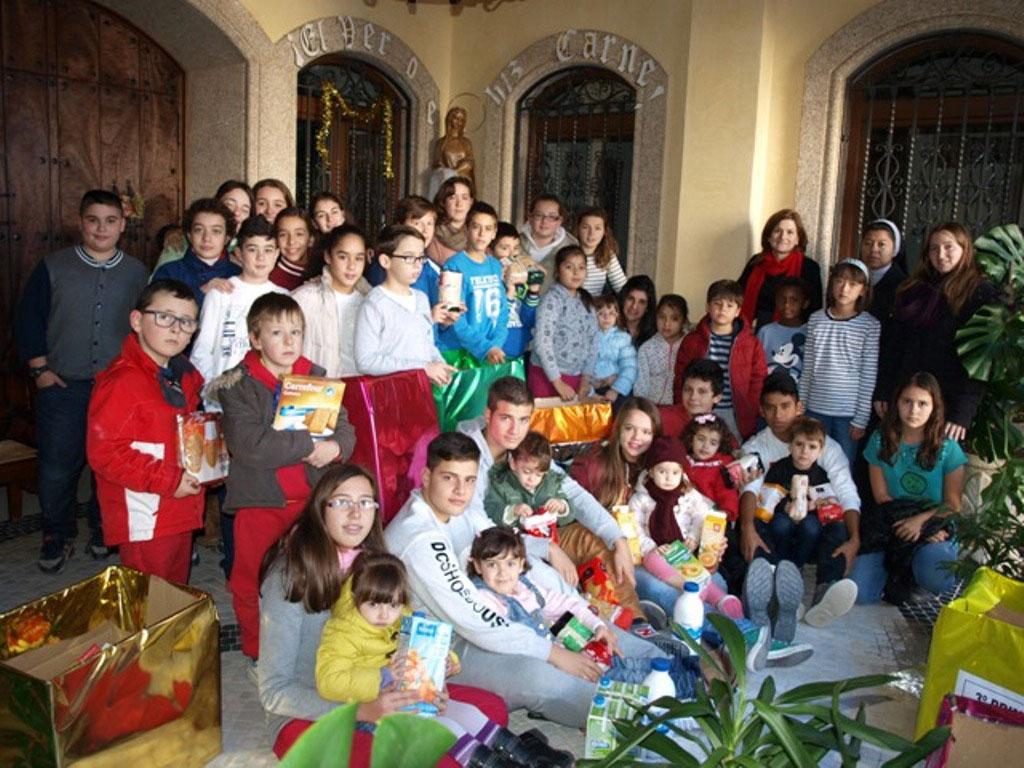 Grupo-de-alumnos-y-profesores-con-los-productos-y-cajas-de-la-Operación-Kilo-de-la-comunidad-educativa-del-colegio