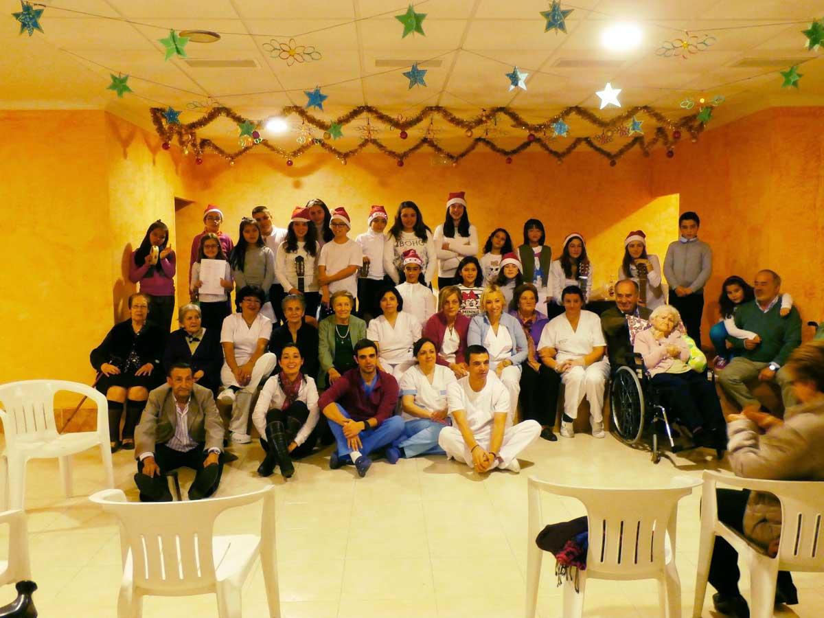 visita-del-colegio-Santísima-Trinidad-a-residencias-ancianos-de-El-Tiemblo1