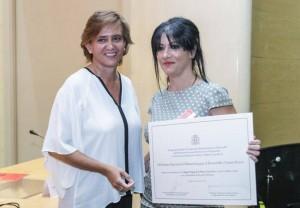 La autora del proyecto, Montserrat Alonso Álvarez, recibe el galardón de manos de Laura López, Directora de Cooperación Multilateral, Horizontal y Financiera de la Agencia Española de Cooperación Internacional para el Desarrollo (AECID)