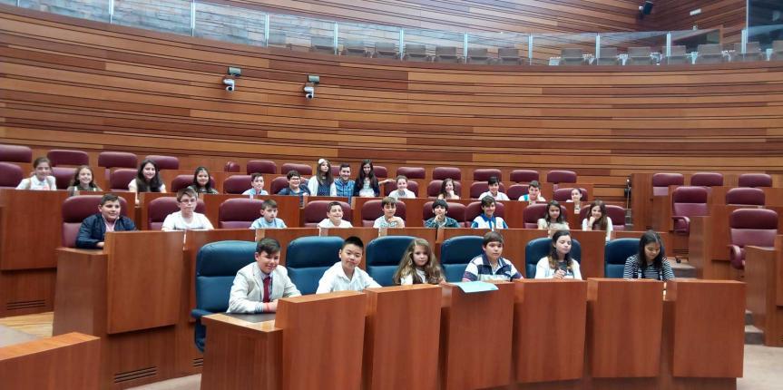 Alumnos de Escuelas Católicas participan en un pleno en las Cortes de Castilla y León sobre el acoso escolar