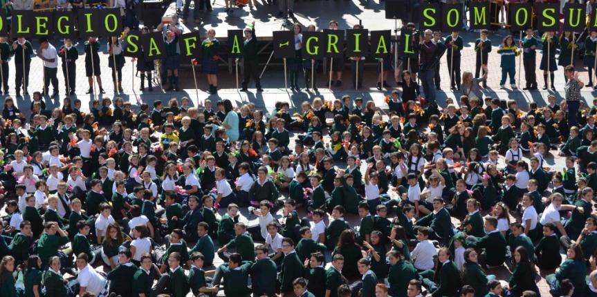 Un millar de niños del Colegio Safa-Grial (Valladolid) protagonizan un multitudinario flashmob en la Plaza Mayor