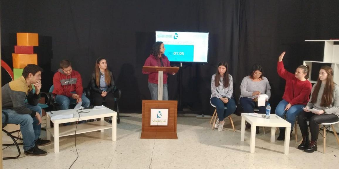 Debate televisado entre alumnos para fomentar la oratoria y la correcta expresión en público