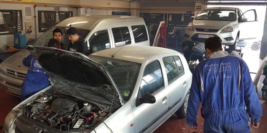 Los alumnos del Centro Menesiano ZamoraJoven realizan revisiones de vehículos dentro del proyecto 'Vehículo seguro, Conductor Seguro'