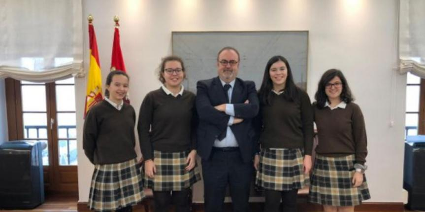 Alumnas del Colegio Santa Teresa de Jesús (Valladolid) entrevistan al consejero de Educación, Fernando Rey